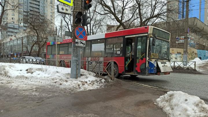В центре Перми столкнулись автобус и легковушка