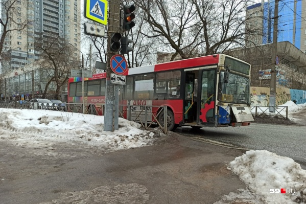 В аварию попал автобус № 77