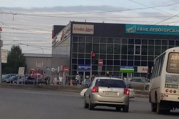 Эвакуируют людей и из МФЦ