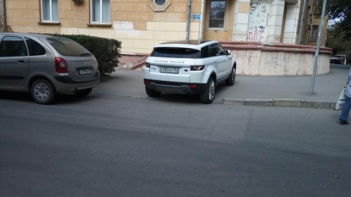 «Не хотим быть как все»: автохамы Волгограда паркуются на тротуаре даже при наличии пустой парковки