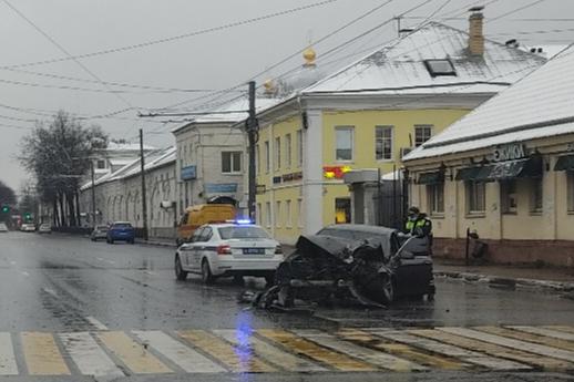 Влетел в столб в центре Ярославля: первые подробности утренней аварии. Фото