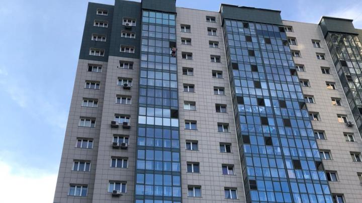 В Дзержинском районе мужчина выпал из окна многоэтажки