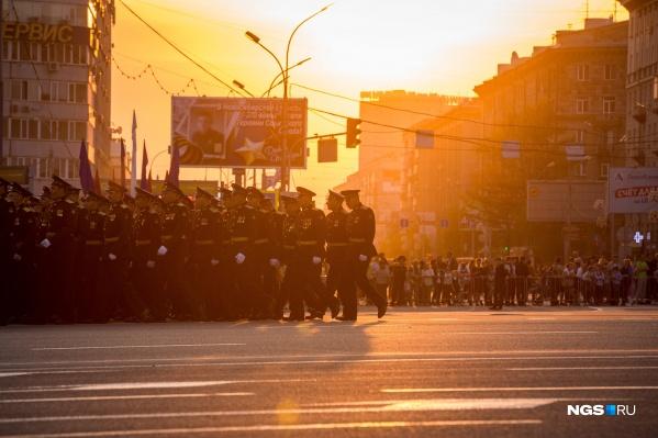 Вместо того чтобы провести парад в более спокойное время — когда коронавирус отступит и на шествие смогут прийти все желающие горожане, власти решили провести его сейчас