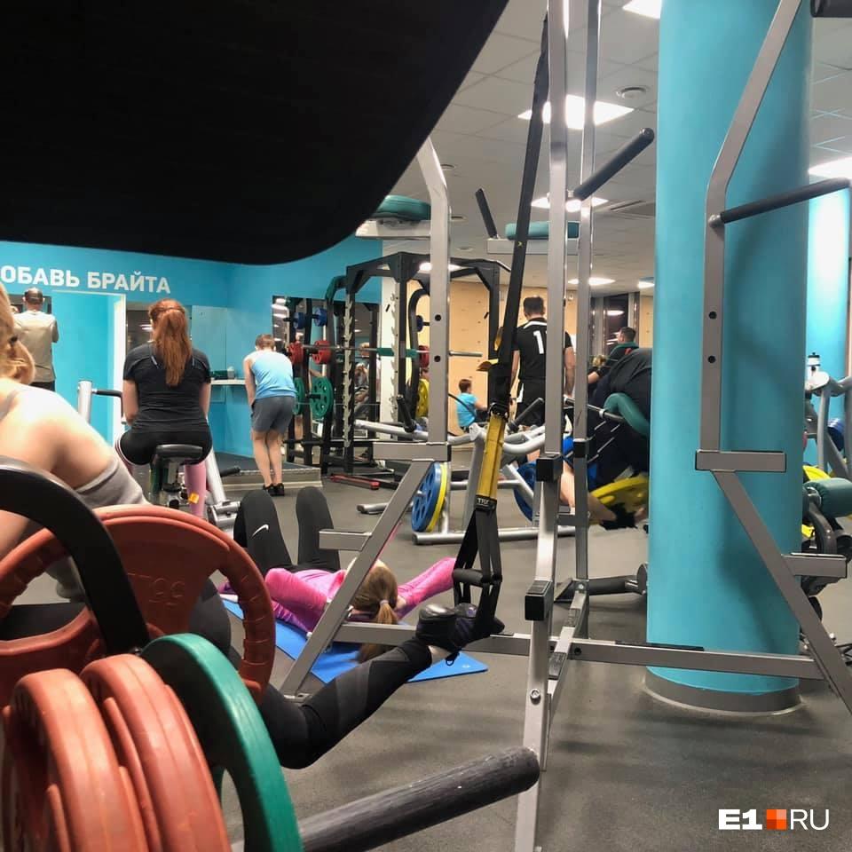 В фитнес-клубах по-прежнему полные залы