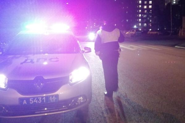 Мама с сыном дошли до середины дороги, когда на нее выехал автомобиль
