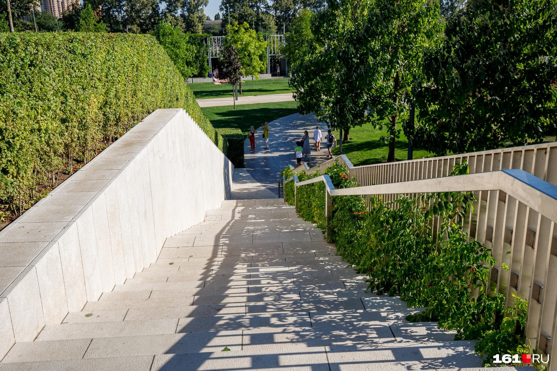 В парке есть несколько зон, между которыми можно перемещаться по лестницам