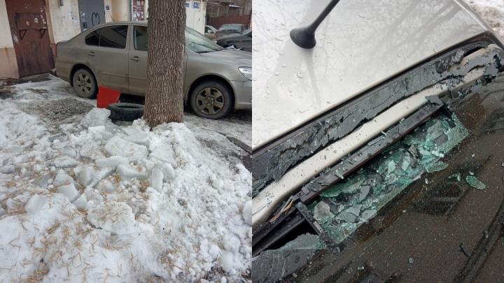 «Грохот стоял такой!» Глыба льда, рухнувшая с крыши дома, разбила автомобиль в Челябинске