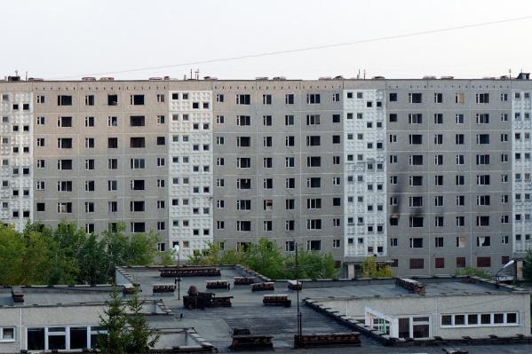 Девятиэтажку на Мусоргского, 6 называли «домом-призраком». После того как стены пошли трещинами, дом расселили