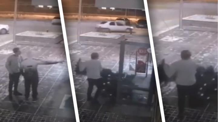 Похититель Рождества: полицейские поймали мужчину, укравшего елку из салона красоты в Тюмени