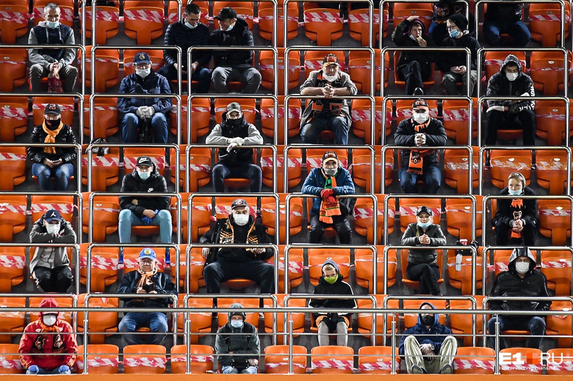 В непривычной обстановке проходили даже футбольные матчи. Вот такая коронавирусная рассадка ждала болельщиков игры «Урала» с «Химками»