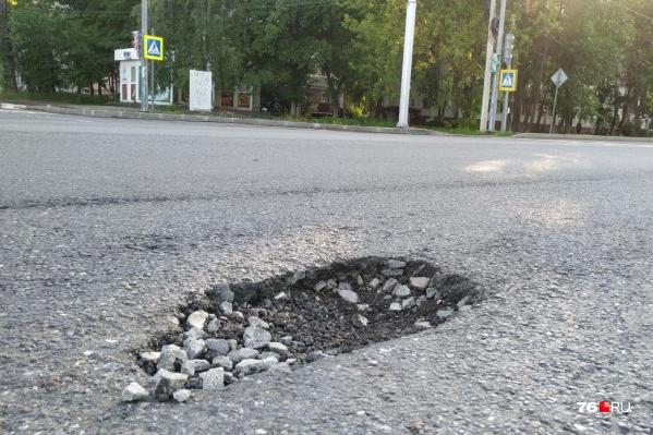 На оставленном нижнем слое асфальтового покрытия на Тутаевском шоссе образовались ямы