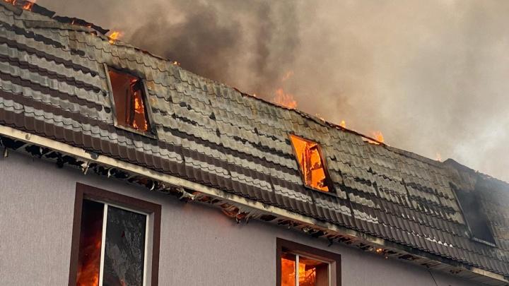 Огонь на крыше: в частном секторе Самары загорелся трехэтажный дом