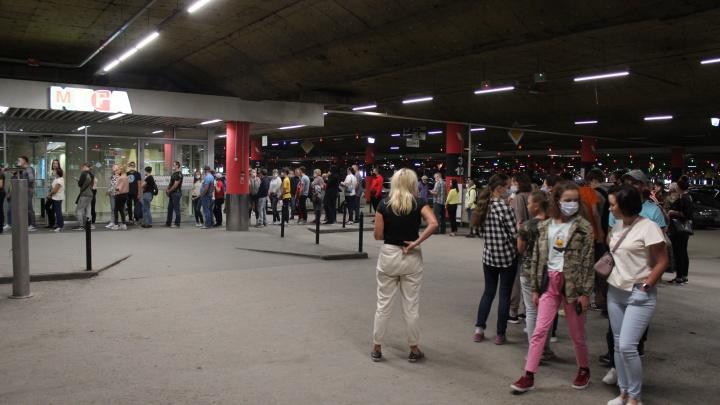 Новосибирцы выстроились в длинные очереди в МЕГУ