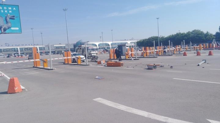 Таксист снёс шлагбаум на выезде с территории аэропорта Толмачёво