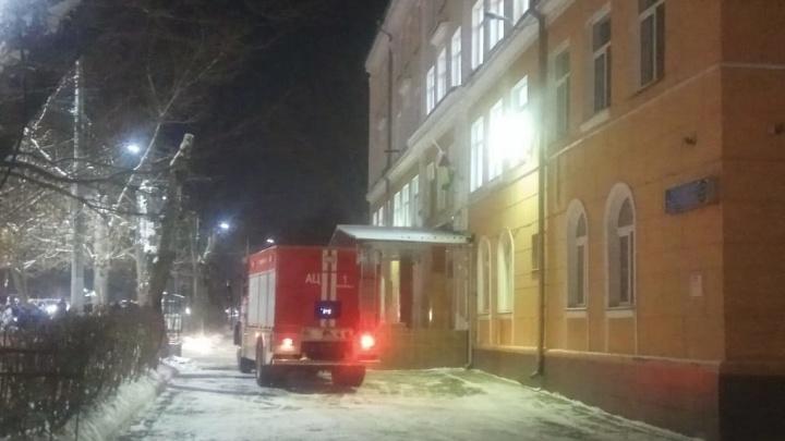 В центре Челябинска из-за пожара в школе эвакуировали более 200учеников второй смены
