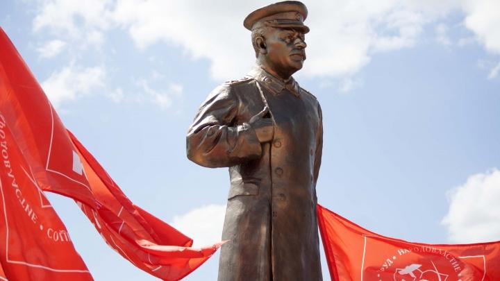 На Бору открыли памятник Сталину. На открытие пришли сотни людей