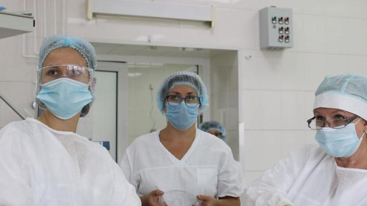 Кемеровские врачи помогли 18-летней девушке с редкой аномалией. Она родилась без матки