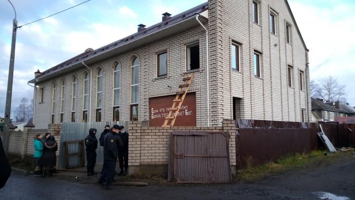 В Архангельске продолжили демонтаж части дома баптистов в Соломбале