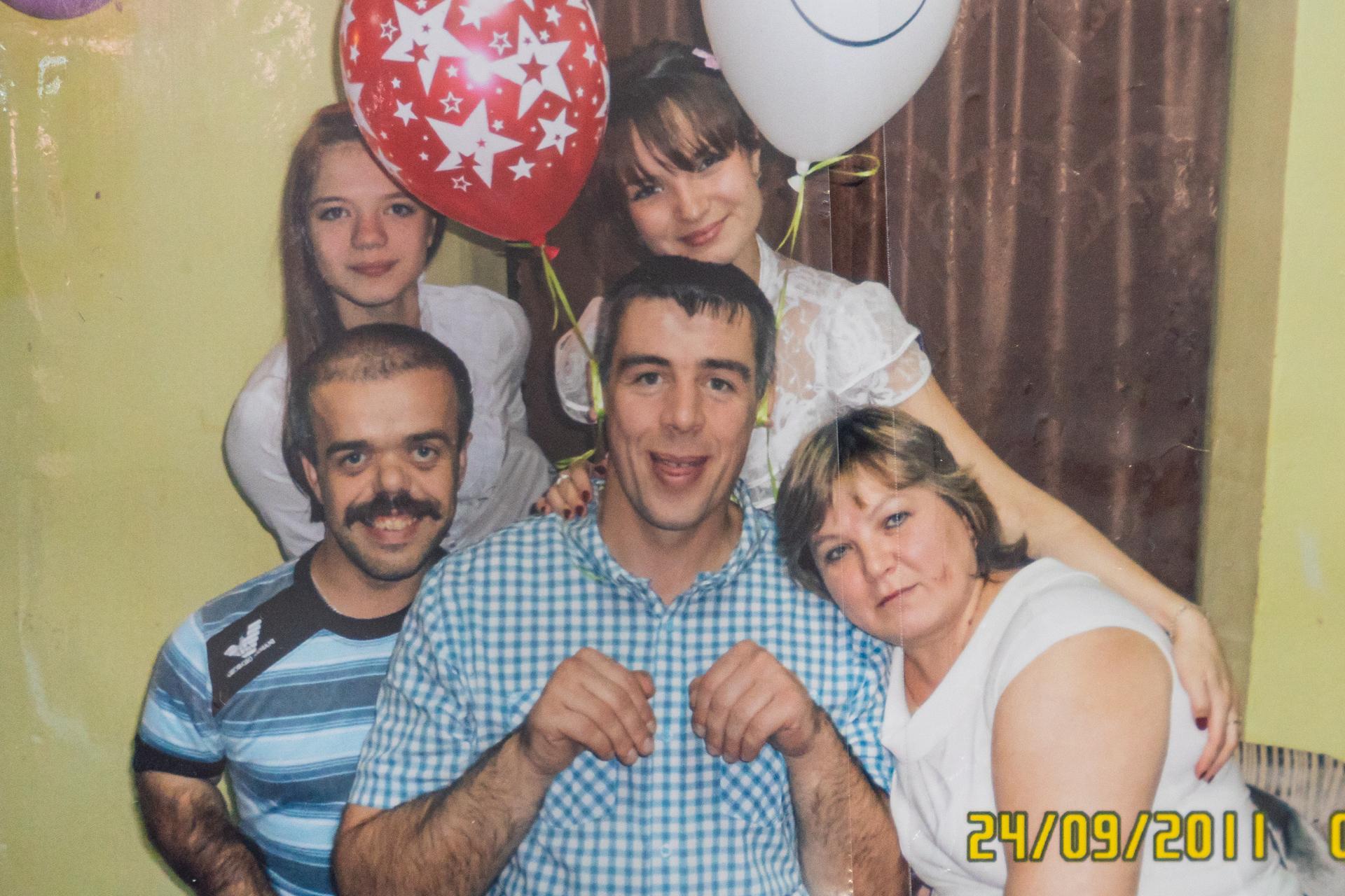 Старший брат Алексея (в центре) всегда его защищает и поддерживает