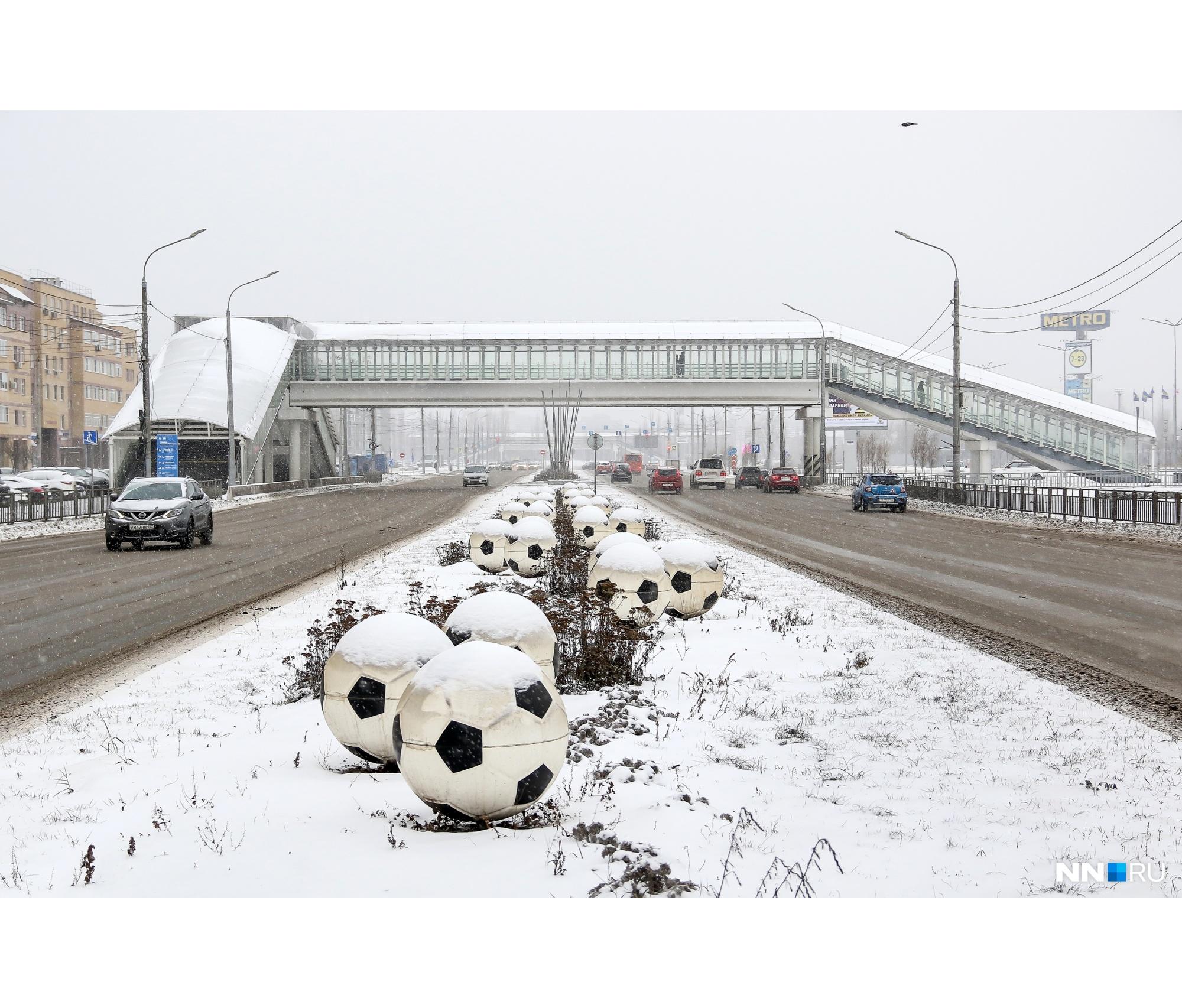 Середину проезжей части украсили к ЧМ-2018 футбольными мячами