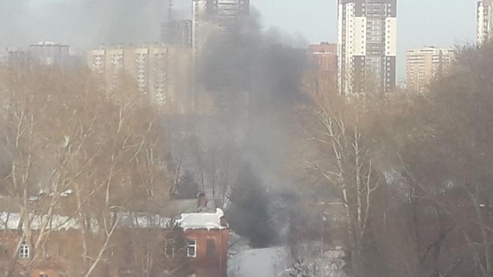 В Октябрьском районе загорелось заброшенное трёхэтажное здание