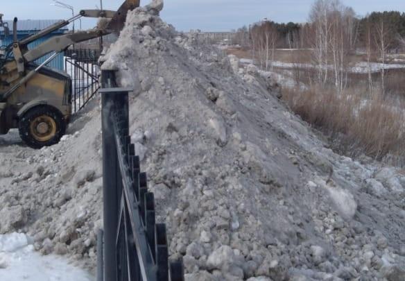 «20 КАМАЗов прямо в реку»: в Благодатово пожаловались на вывоз снега из посёлка на берег Миасса
