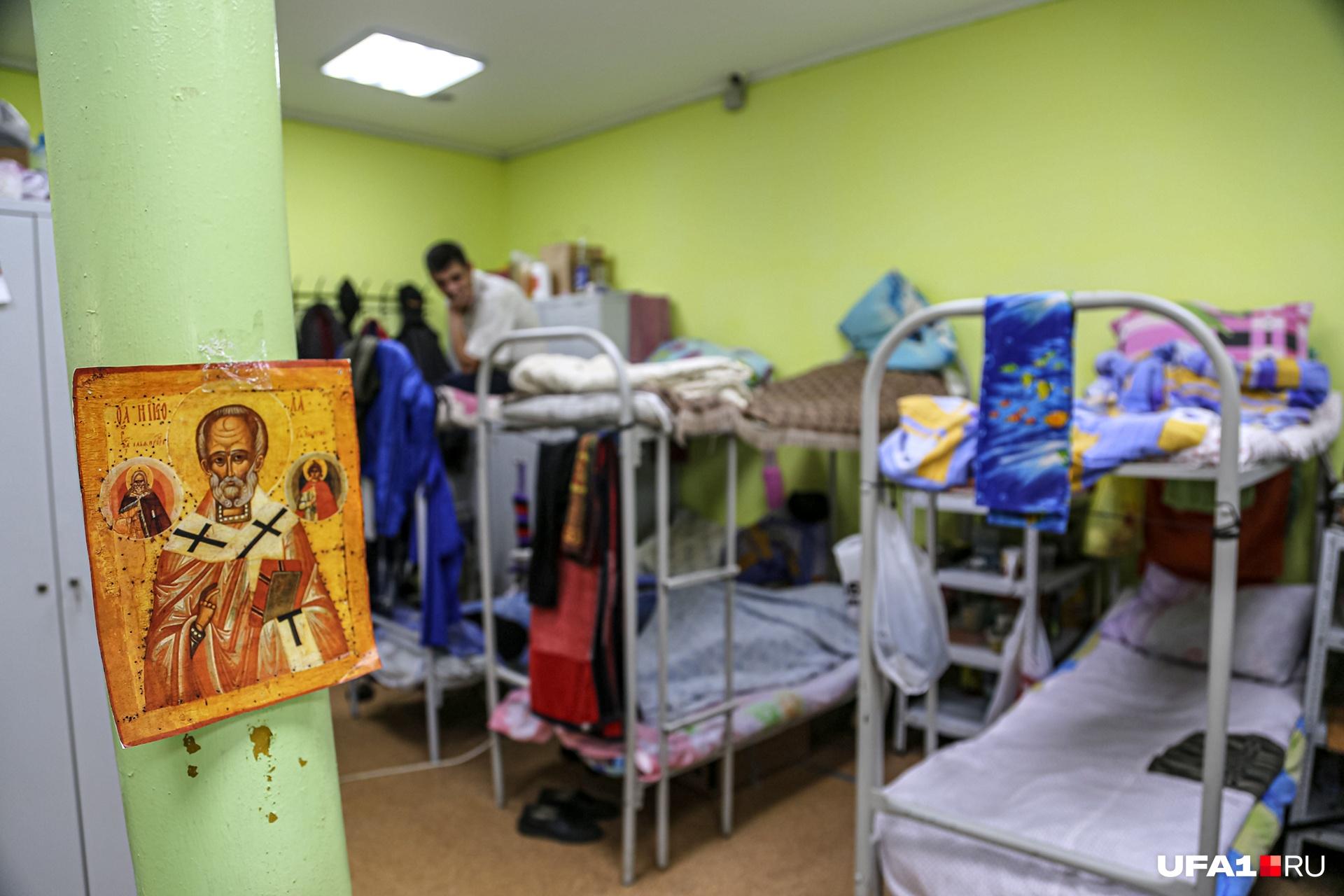 В церковном приюте бездомные живут в таких условиях