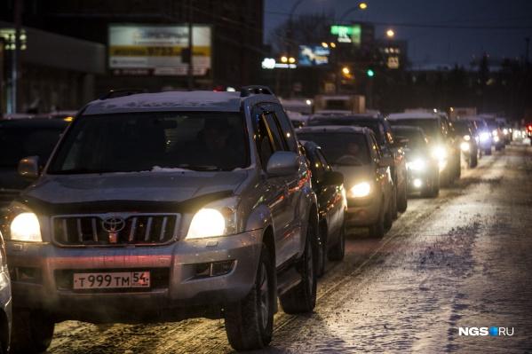 С семи утра автомобилистам непросто проехать по улице Сибиряков-Гвардейцев