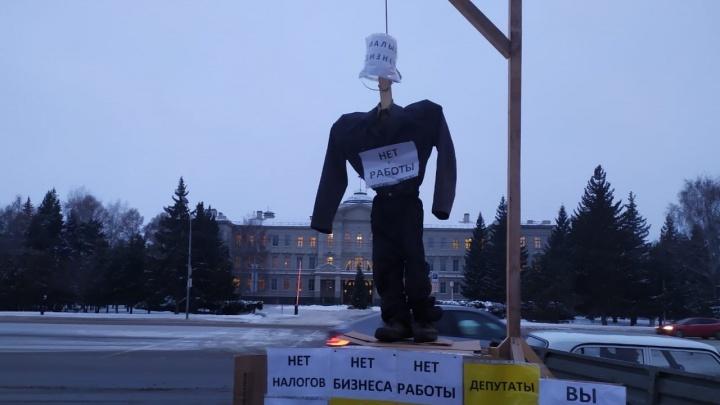 В Омске владельцы киосков установили виселицу у Соборной площади. Их задержала полиция