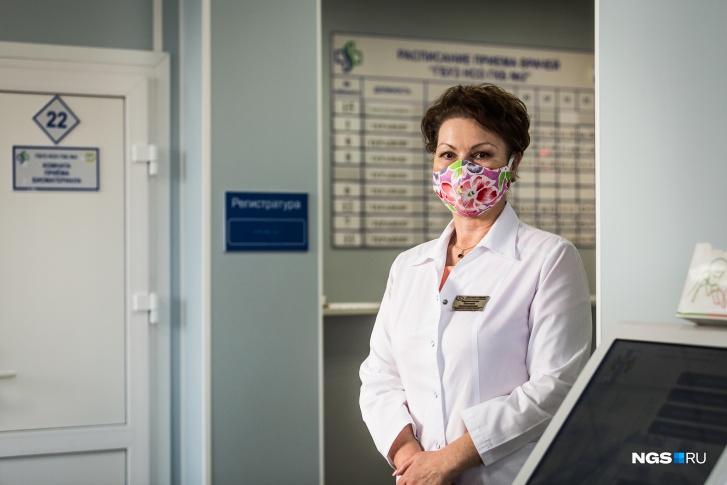 Светлана Кармановская в маске, которую сшила сама
