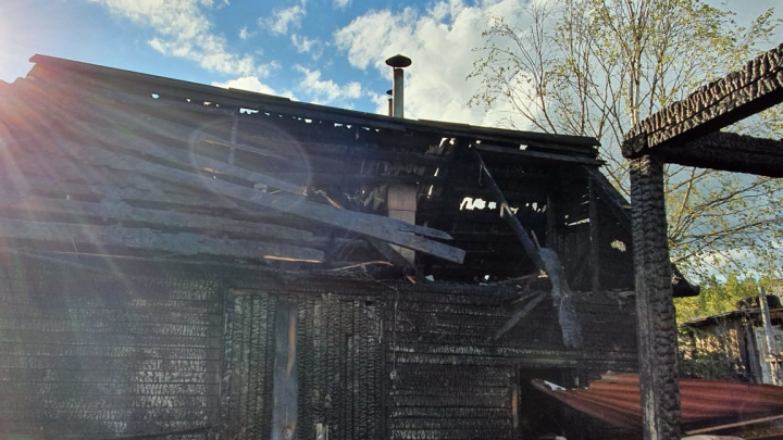 Пожарные потушили две загоревшиеся бани на дачах в Котласском районе