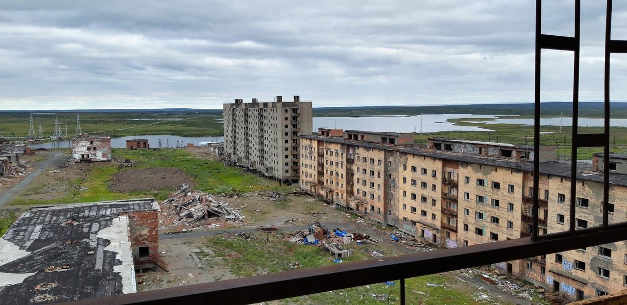 Бывший военный городок давно стал похож на декорации к фильму-катастрофе