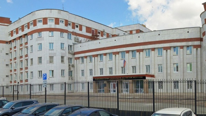 Пенсионерка из Челябинска в поддержку Навального вышла к зданию ФСБ с синими трусами