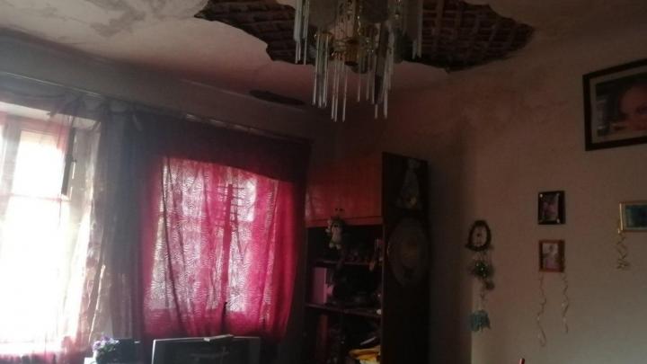 Коммунальщики назвали время устранения потопа в доме на ЧМЗ, признанном три года назад аварийным