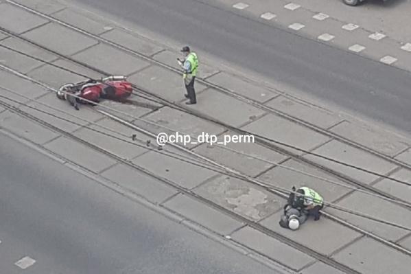 Водителя отбросило от мотоцикла