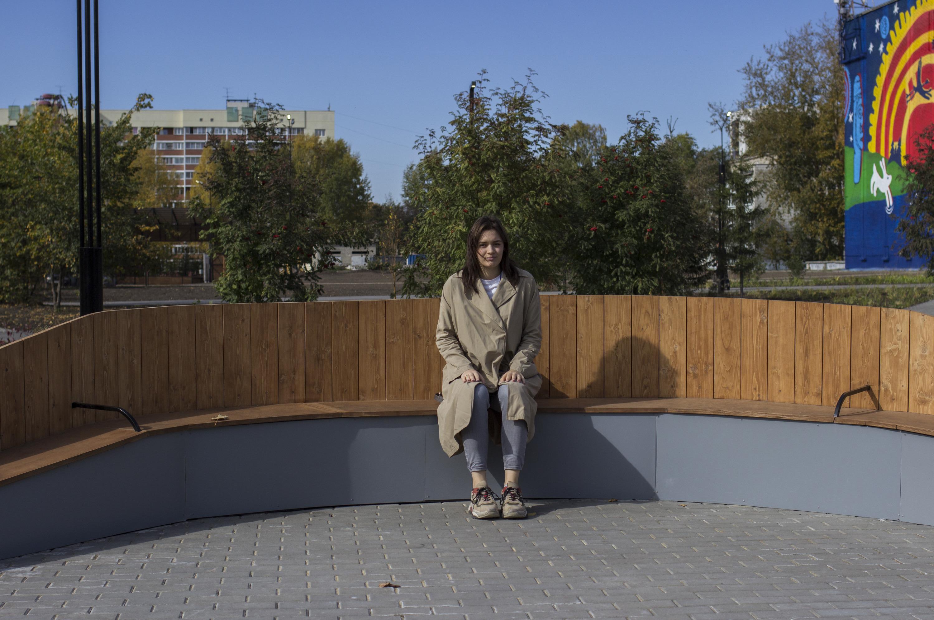 Благодаря единому фирменному стилю окраина города на левом берегу стала выглядеть не хуже центра Новосибирска — здесь появились новые скамейки и современное освещение