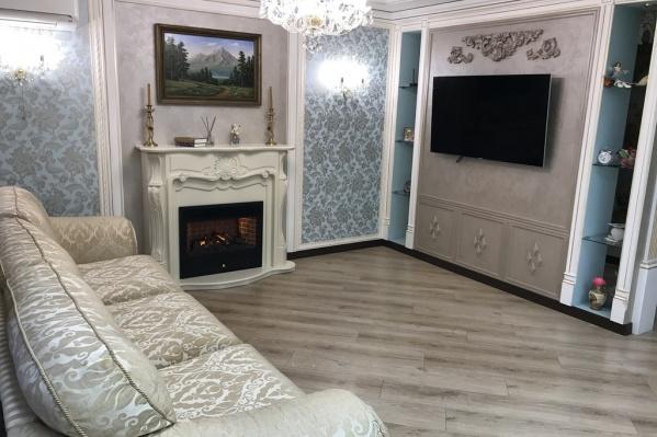 В квартире три спальни и гостиная, совмещенная с кухней