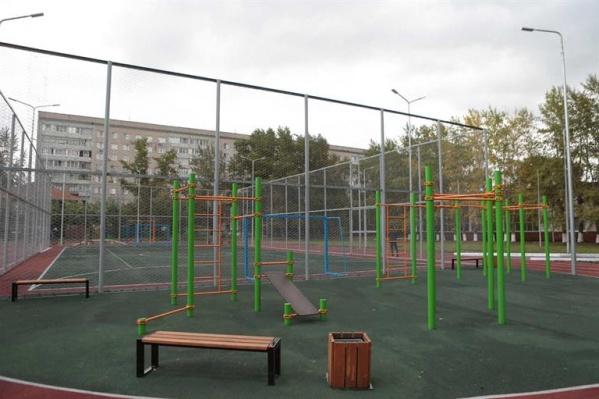 Школу в этом году отремонтировали и поставили новую спортивную площадку