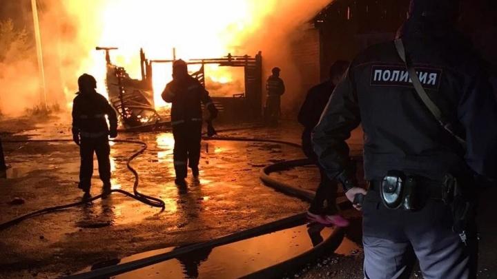 Горели два жилых дома, рядом — газопровод: на ВИЗе крупный пожар в частном секторе