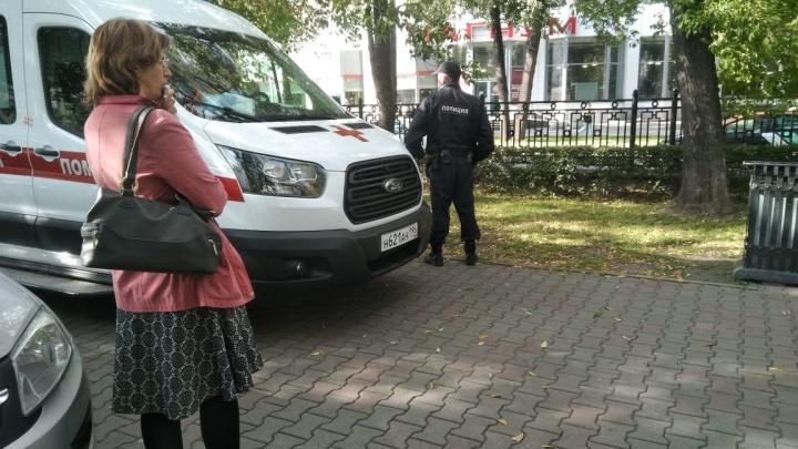 В центре Екатеринбурга мужчина в женском парике избил и ограбил двух девушек