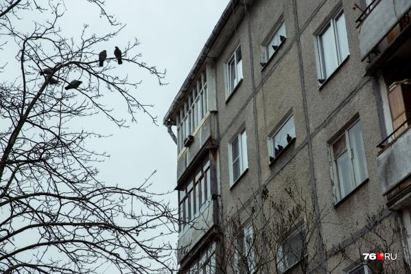 Тело обнаружили под окнами многоэтажки