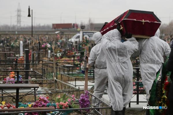 Похороны умерших от коронавируса обходятся дороже — нужно потратиться на средства защиты и обработку катафалка