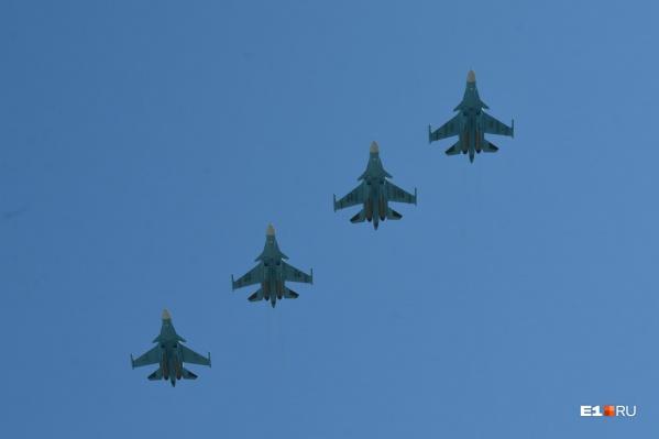 Истребители в небе над Екатеринбургом
