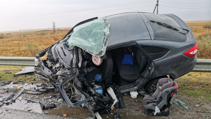 В Ростовской области лоб в лоб столкнулись легковушки. Два человека погибли, двое пострадали