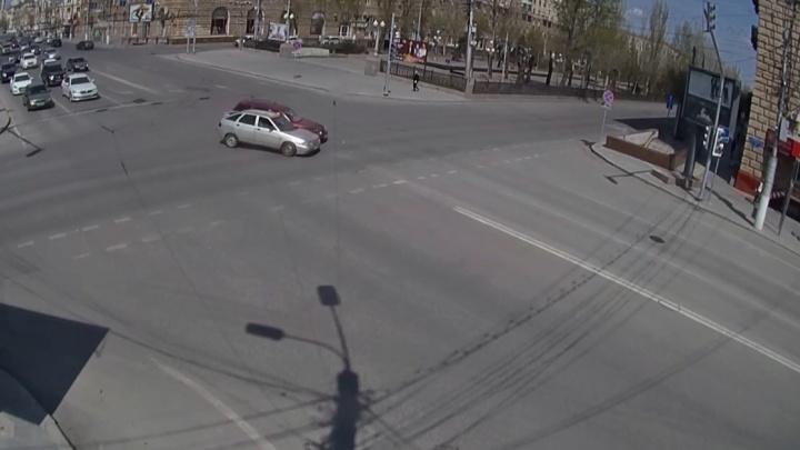 Светофора не заметил: на опасном перекрестке в центре Волгограда не разъехались две «Лады»