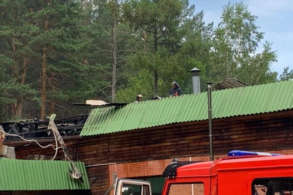 Загорелась крыша местного кафе на базе отдыха