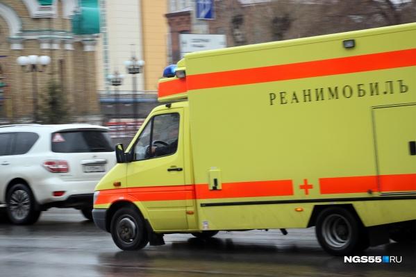Несмотря на то что время прибытия скорой сократилось до 99 минут, в Омске каждый день умирают люди