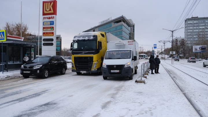 В Челябинске замело дорожную разметку. Рассказываем, как ездить под камерами в снегопад
