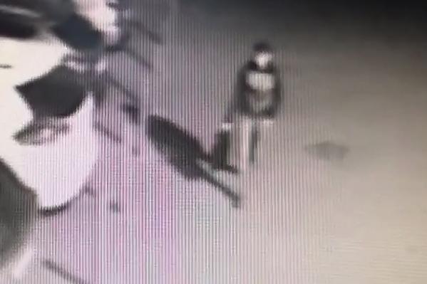 Мужчина по какой-то причине решил сжечь автомобили на стоянке салона в Кургане