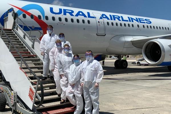 Работать экипажу пришлось в защитных костюмах